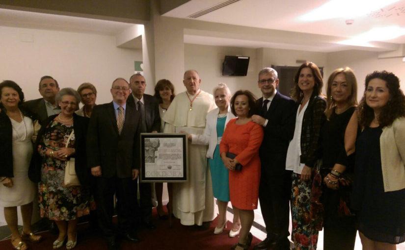 El Padre Carlos Romero recoge la distinción de Hijo Adoptivo de Córdoba